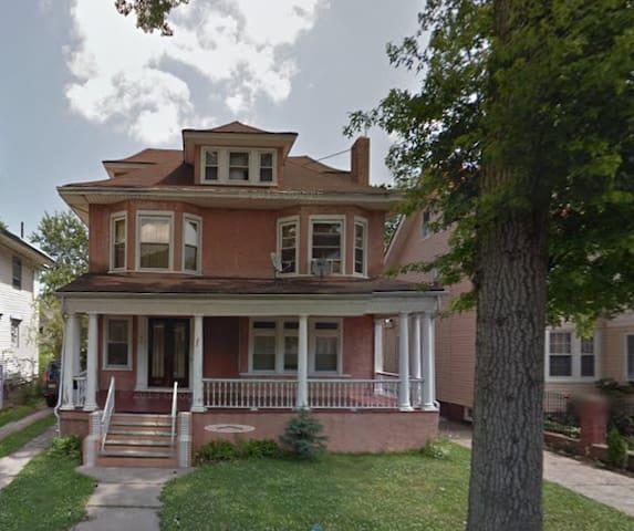 Beautiful Six Bedroom Colonial - East Orange - Rumah