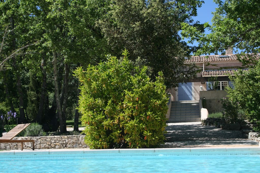 Vue générale de la villa côté piscine