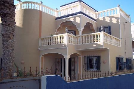 villa  très confortable, 50 m de la plage - Zarzis - Casa de camp