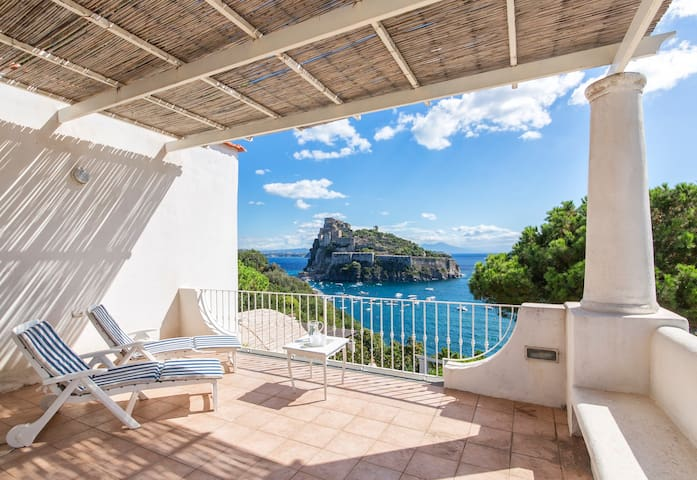 First View on The Aragonese Castle - Top - Ischia - Rumah