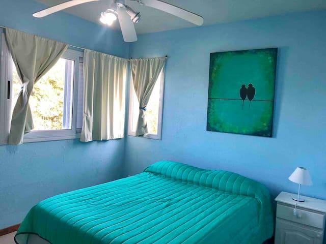 2do dormitorio con cama doble y baño en suite