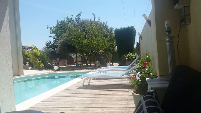 Villa avec piscine et terrain