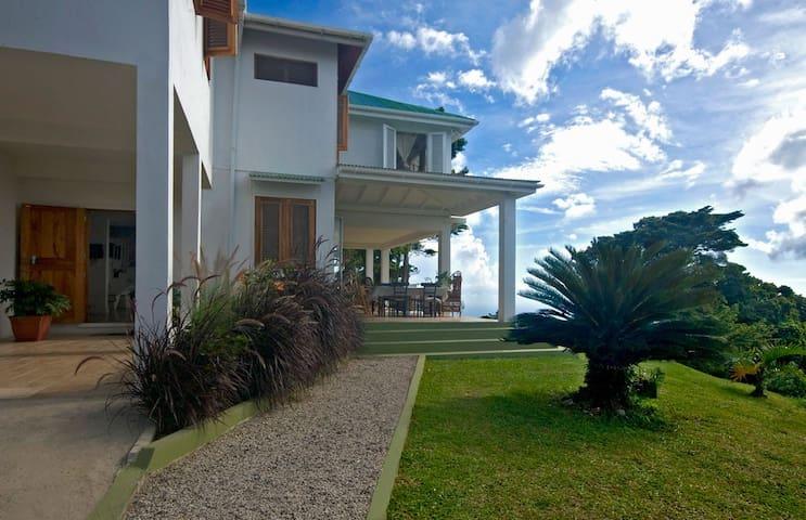 A beautifully designed family villa - Roseau - Casa