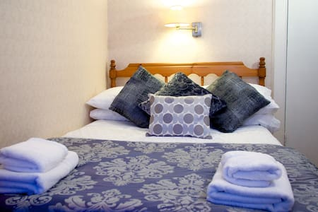 5. Double bed with en-suite shower and breakfast - Guesthouse