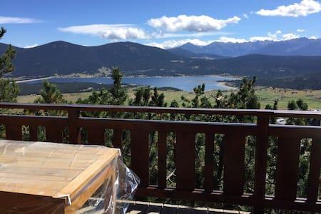 Joli chalet avec vue sur le lac - Les Angles - Hytte (i sveitsisk stil)