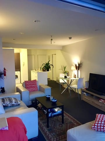 Large ensuite room with balcony /AKL CBD