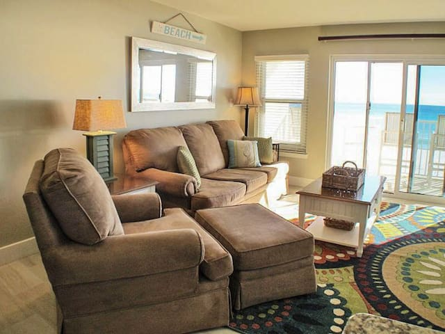 Pretty 2nd Floor Condo! Gulf Front, Sleeps 4, Nearby Shopping and Dinning!