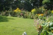 Großer Garten mit Blumen, Obstbäumen und Gemüseanbau