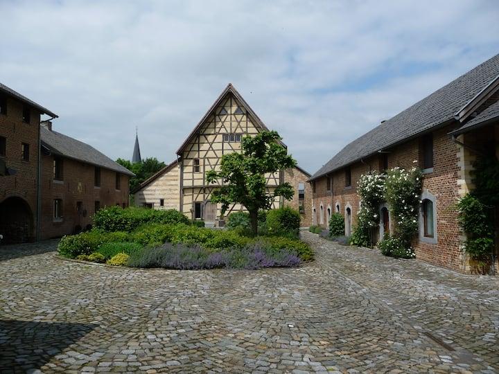 In alle rust logeren op een historisch binnenhof
