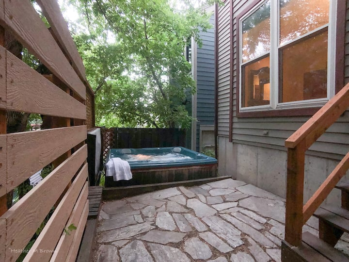 SANITIZED-Elevated Ski Home sleeps 8 w/ Private HOT TUB-Walk to Main Street and Enjoy World-Class Shopping and Dining