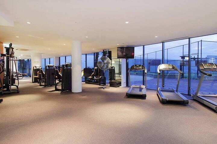 Port Melbourne Seaviews, Gym, Pool & Tennis!