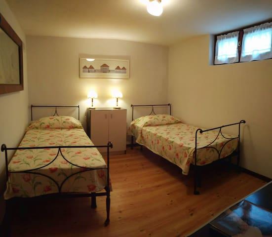 Camera doppia seminterrato  Basement twin room