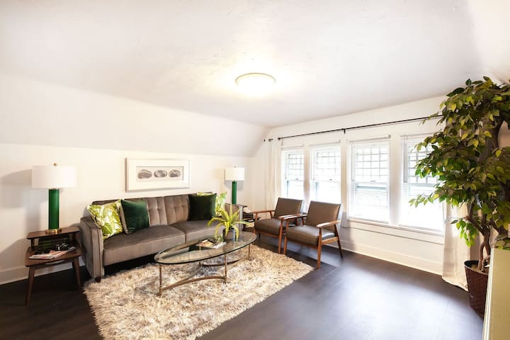 Light and bright modern Elmwood flat w/ CENTRAL AC