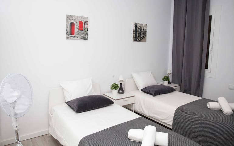 Twin room for 2 persons close to Sagrada Familia!