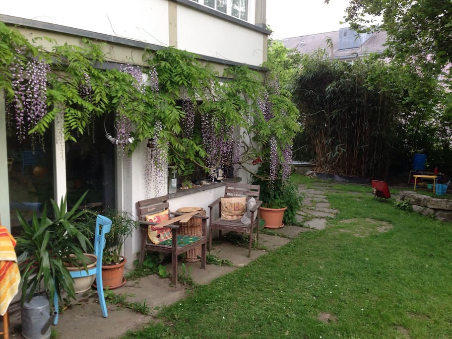 Unser malerischer Garten darf von allen gemeinsam genutzt werden.