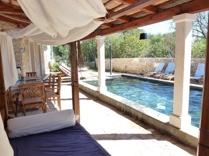 Spacious elegant villa **** with relaxing pool-20%