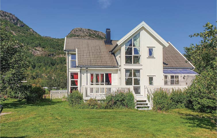 Holiday cottage with 5 bedrooms on 200m² in Farsund