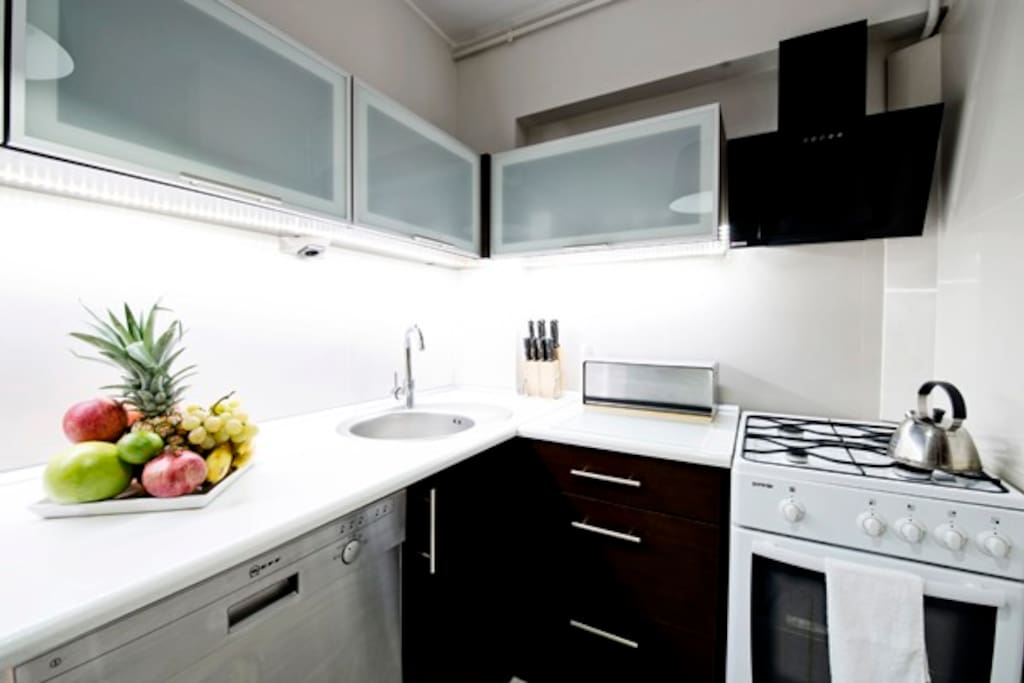 A kitchen with all the necessary amenities.