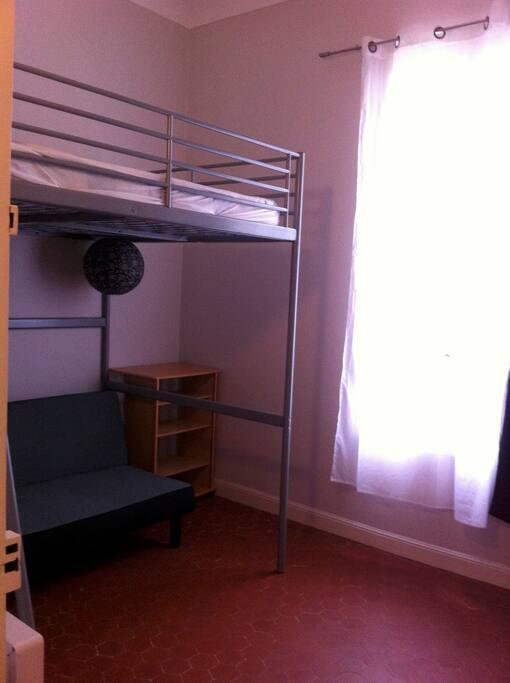 Séjour avec mezzanine lit 2 places et clic clac lit 2 places. Rangements, et TV écran plat.