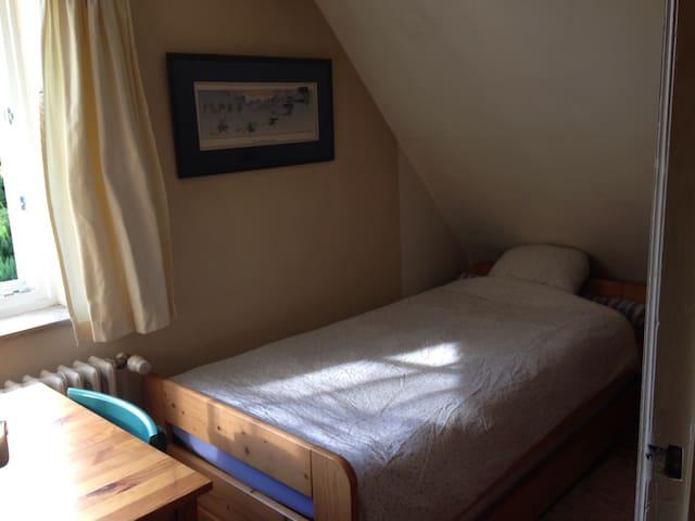 Petite chambre, parking privé.