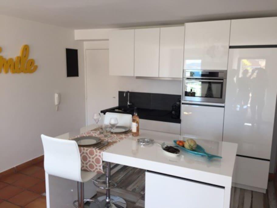 cuisine equipée ,vaisselle et mobilier de qualité