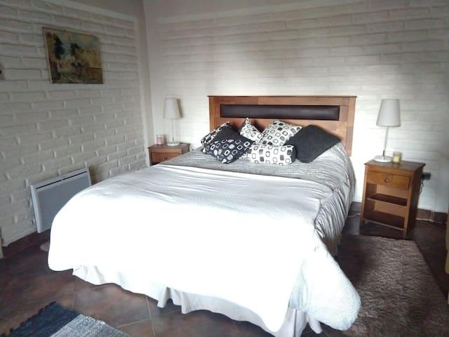 Dormitorio baño privado, acceso al balcón