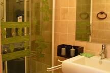 La salle de bain avec cabine de douche