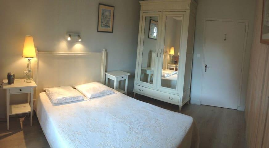 CHAMBRE n°1 - BEDROOM n°1