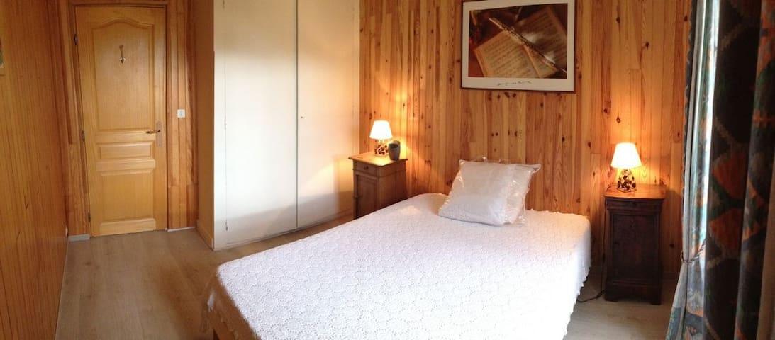 CHAMBRE n°2 - BEDROOM n°2