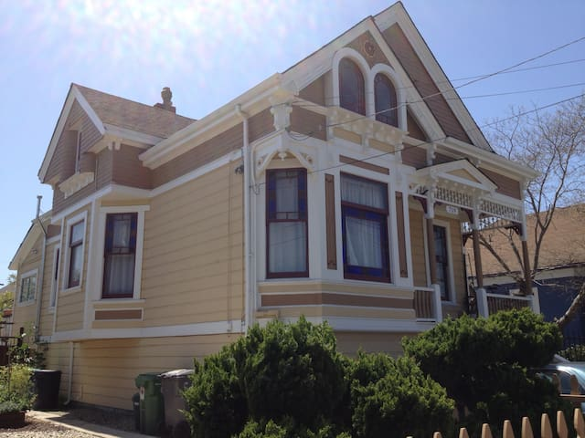 Studio Apt. in  Sunny North Oakland
