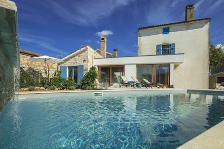Unique  Design Villa Maxima Agri with Pool - Filipini