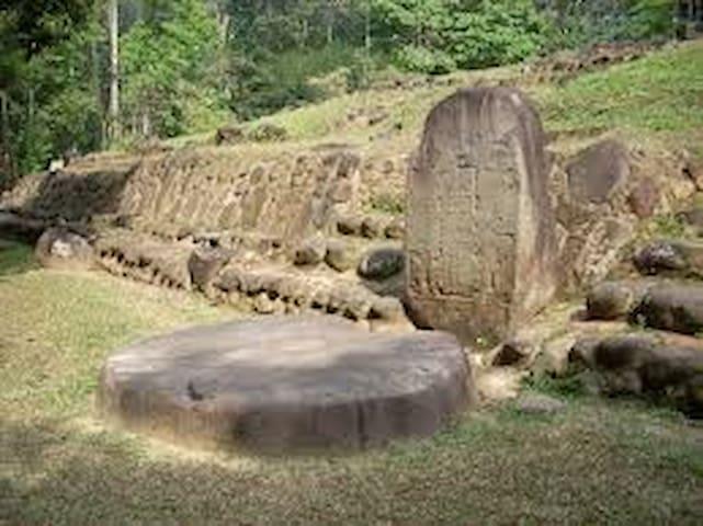 Takalik Abaj a 40 minutos  Es un yacimiento arqueológico de la cultura maya prehispánica. Se encuentra en el municipio de El Asintal. El sitio floreció cultural y económicamente en los períodos Preclásico y Clásico, desde el siglo IX.