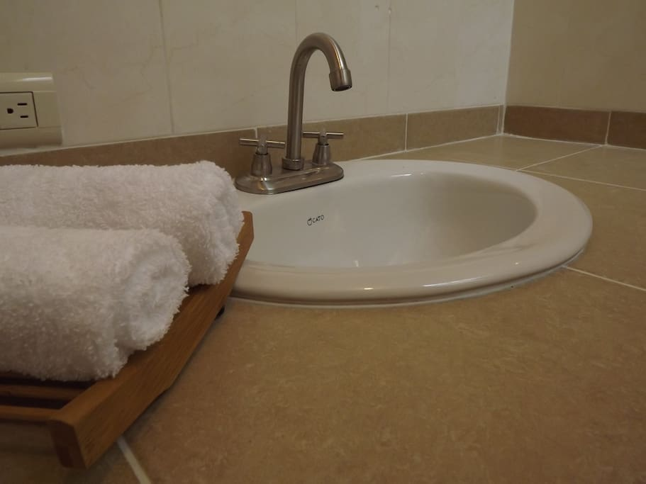 Baño en tres de las siete habitaciones, en uno propio y dos habitaciones comparten uno que esta en medio de ambos.