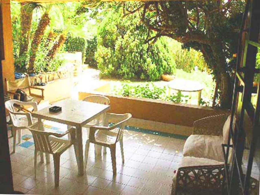 Die Terrasse mit wunderschöner Bepflanzung