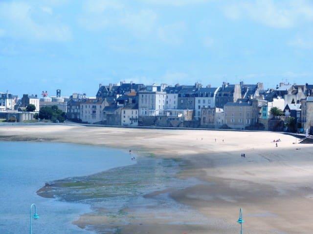 vue de l'appartement avec la plage