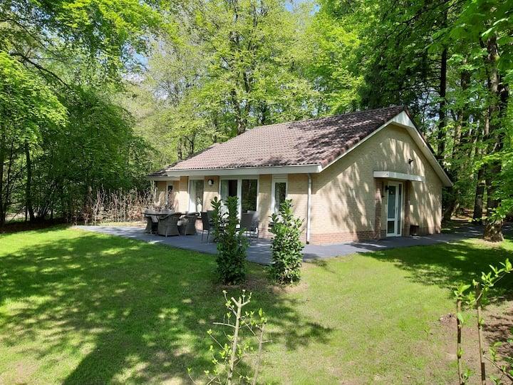 Mooie gerenoveerde luxe bungalow met zonnige tuin