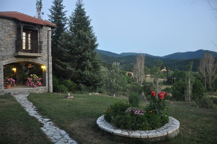 Beautiful Stone House, 6 bedrooms, mountain view