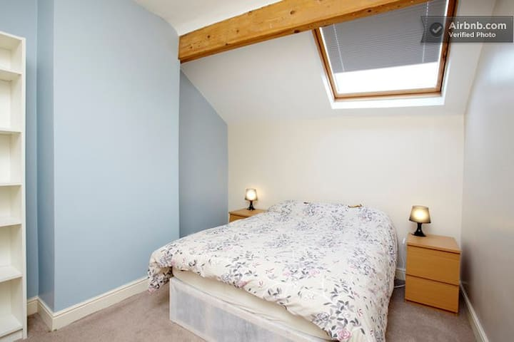 The Sky Room - cosy attic nr centre - Leeds - Hus
