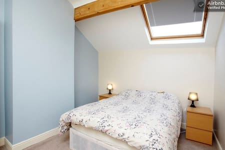 The Sky Room - cosy attic nr centre - Leeds - Casa
