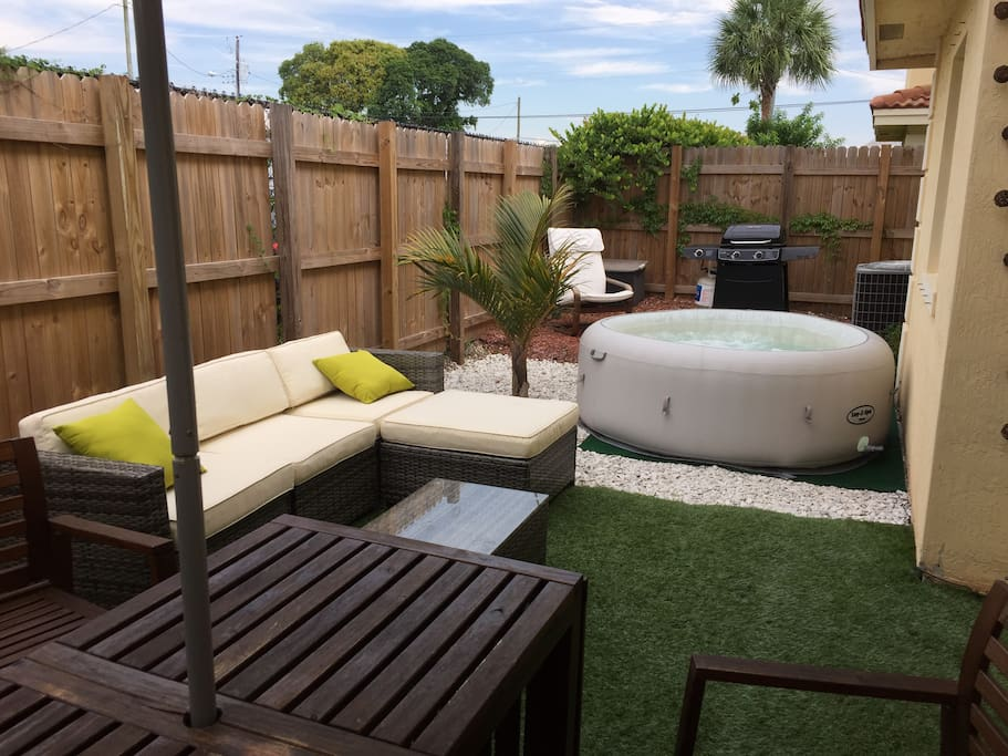300 sqft backyard with a patio table, 4 chairs and 2 sun chairs. You can also use the BBQ and the Jacuzzi.