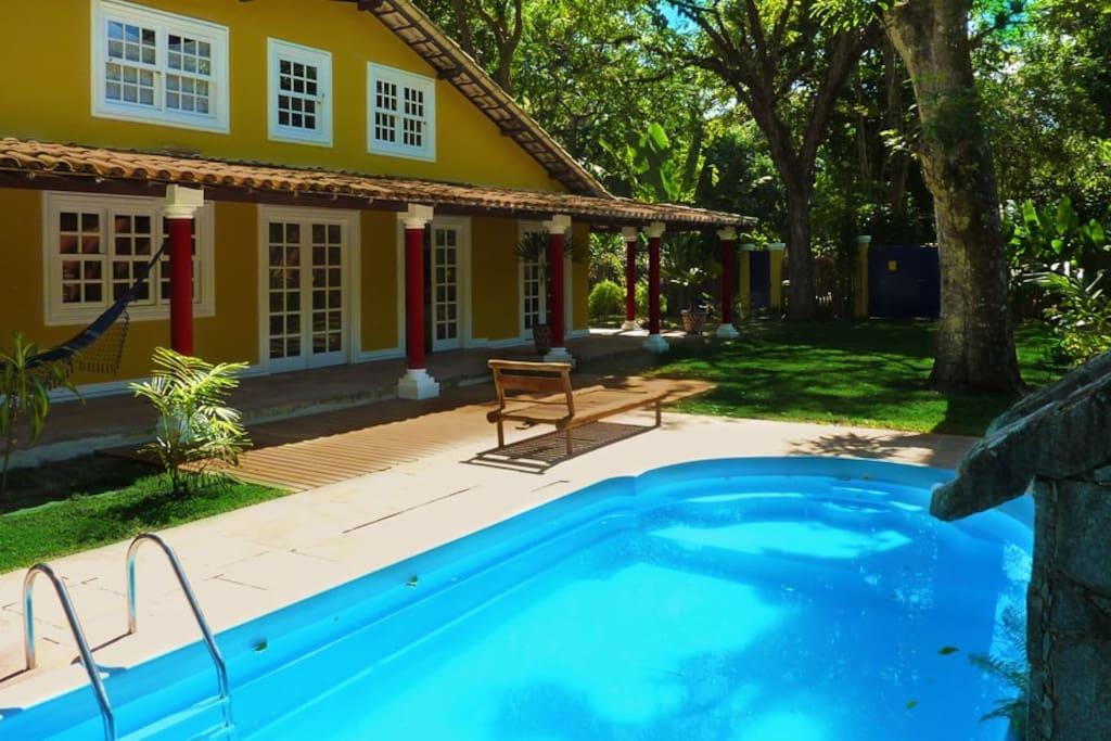 Casa villa privata con piscina giardino tropicale ville for Piani di casa con due master suite al primo piano