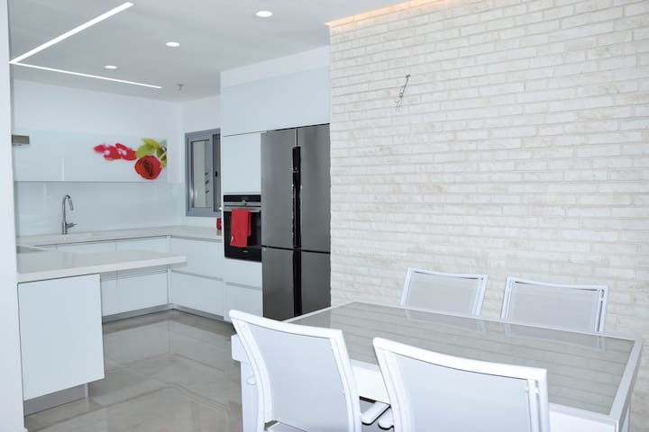 luxury New Apartment, Near to Tel-Aviv, 6 person