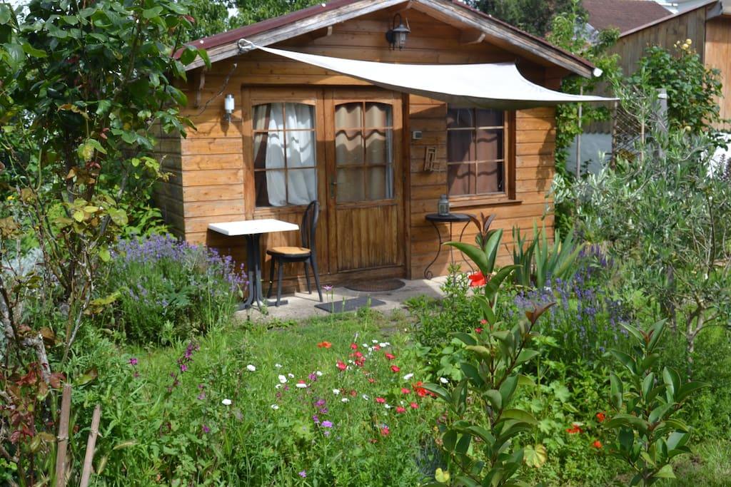 Petit chalet dans un petit jardin ....