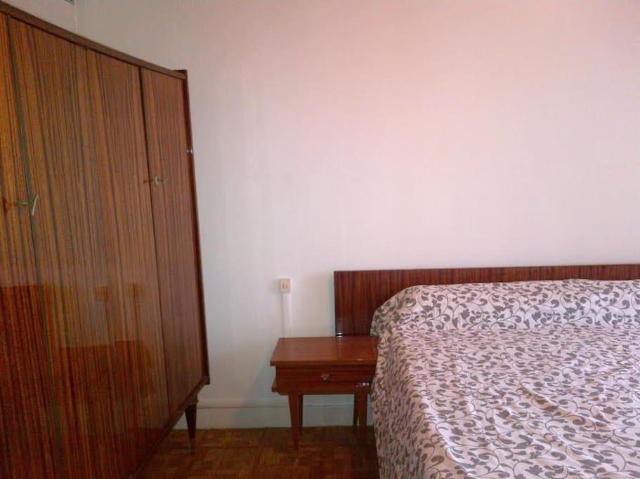 Chambre avec 1 lit en 160 cm + 1 grande commode + 1 armoire
