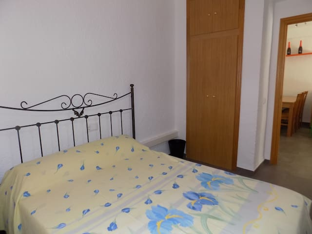 Habitación cama matrimonio con aire acondicionado