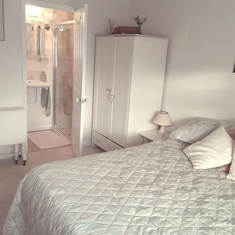 Quiet, sunny ensuite room  3 mins walk from sea