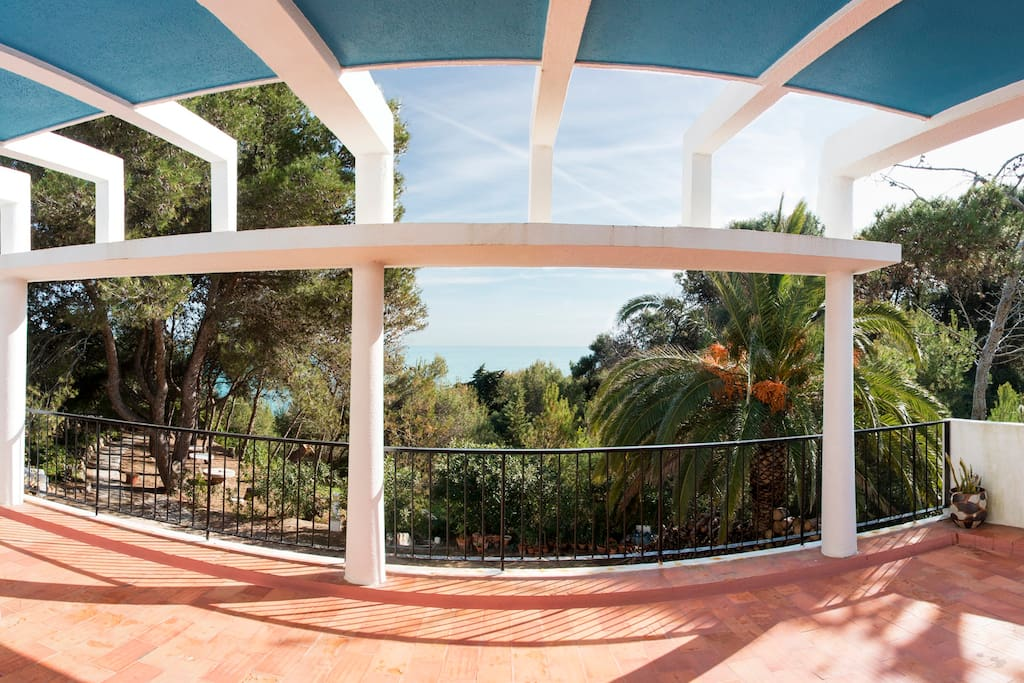 Big terrace with a magnificent open view of the sea.