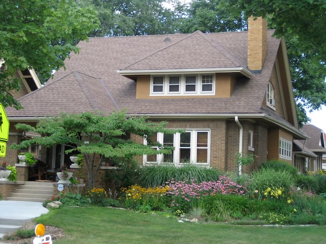 """Historic""""Pabst""""Bungalow Must see pics 10min dwntwn"""