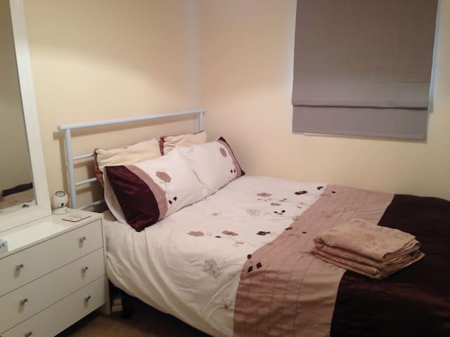 Warm, bright and comfortable double room. - Feltham - Huoneisto
