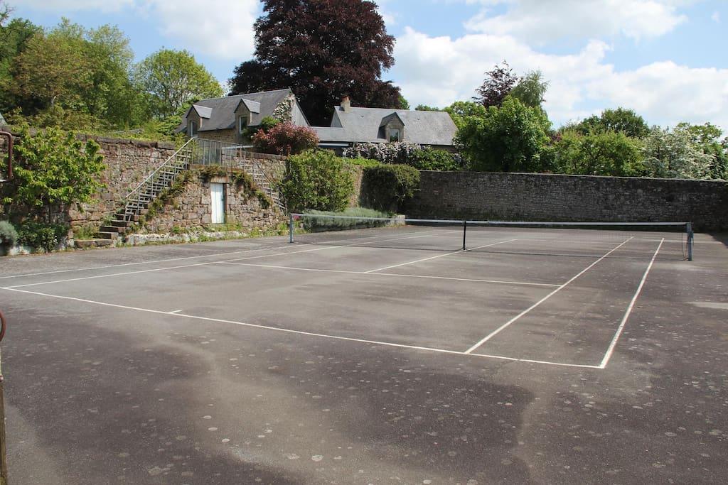 Terrain de tennis privé, accessible l-tous les après-midi et en soirée.